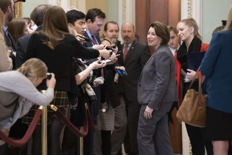 聯邦參議員克羅布夏與其餘3位參選人,必須為下周的川普彈劾案留守華府。(AP)