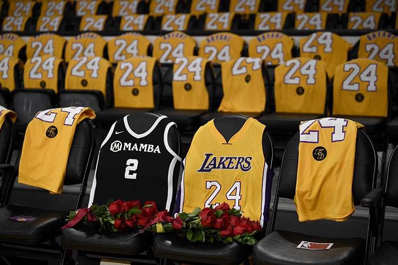 洛杉磯湖人主場進行球星布萊恩(Kobe Bryant)遇難後的第一場例行賽,全場以布萊恩生前穿過的兩個背號致敬。(美聯社)