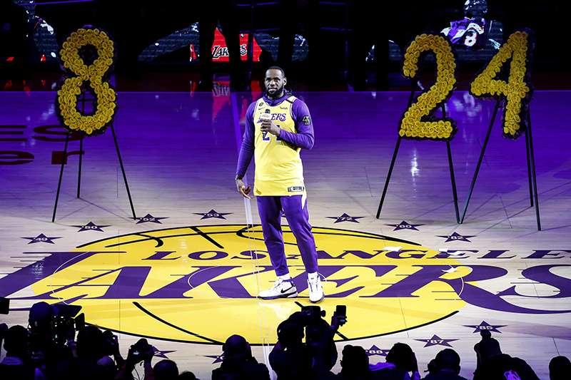 洛杉磯湖人當家球星詹姆斯(Lebron James)為了紀念驟逝的球星布萊恩(Kobe Bryant),將其標誌物以刺青方式緬懷。(美聯社)