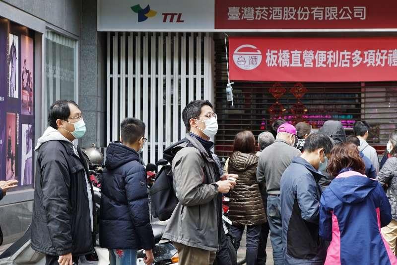 20200202-武漢肺炎風波,民眾於台酒公司門市外排隊等待購買消毒酒精。(盧逸峰攝)