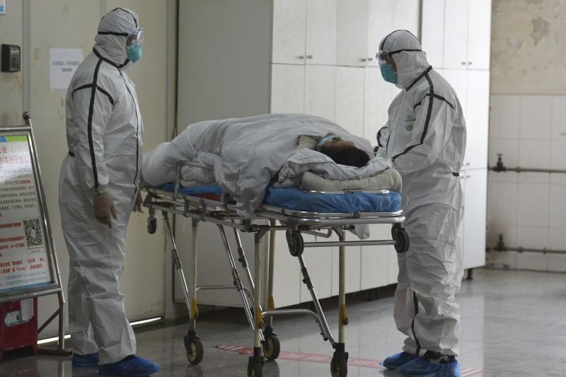 抗擊武漢肺炎疫情,中國各地的醫療人員戮力以赴救治病患(AP)