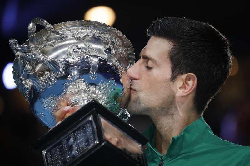 喬科維奇在五盤大戰中逆轉擊敗蒂姆,奪下生涯第8座澳網冠軍。(美聯社)