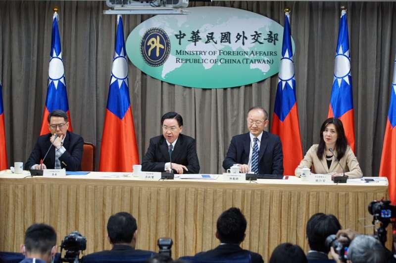 20200202-外交部長吳釗燮(左二)2日出席「因武漢肺炎航班停飛」記者會。(盧逸峰攝)