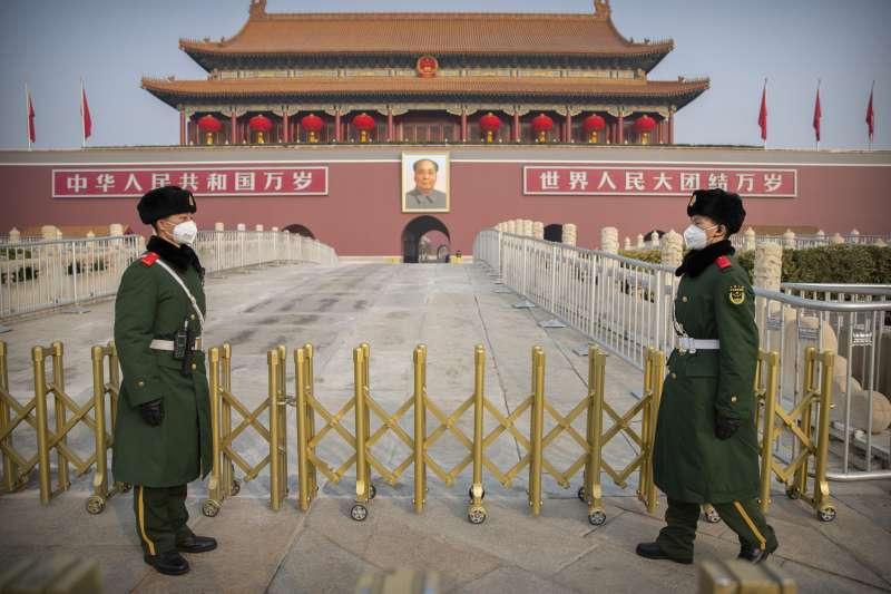 武漢肺炎疫情持續蔓延,北京天安門廣場上的武警配戴口罩執勤(AP)