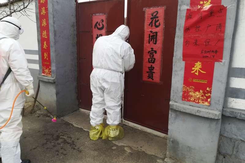 武漢肺炎疫情時爆發正值年節前夕,官方初期隱匿消息助長疫情持續蔓延(AP)