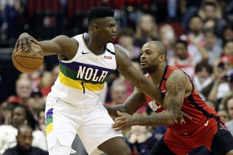 威廉森(左)此戰繳出21分10籃板,第四節卻遲遲未獲得隊友傳球,讓教練簡崔相當生氣。(美聯社)