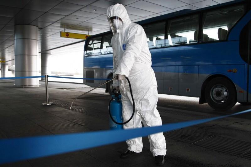 武漢肺炎疫情肆虐,各國紛紛禁止曾訪中國的外籍人士入境,圖為北韓的平壤機場正在加強消毒。(美聯社)