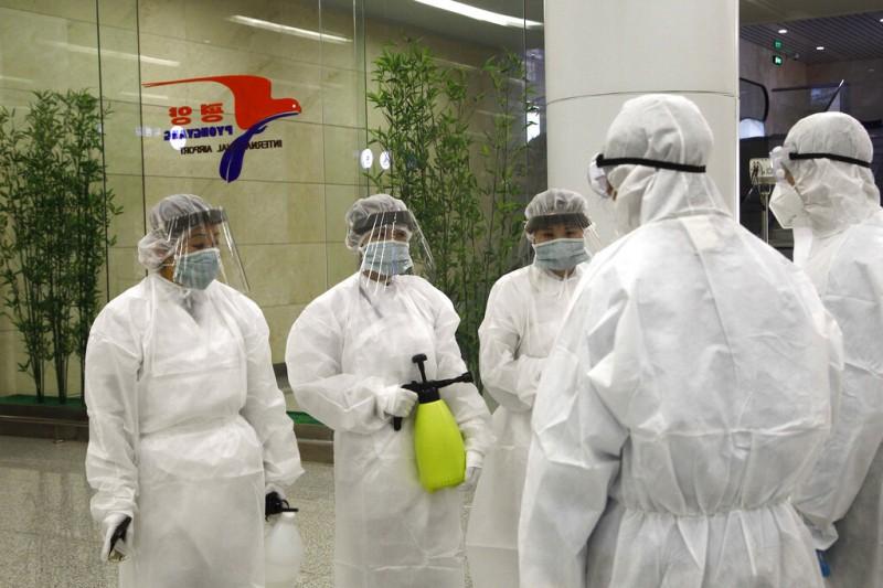 武漢肺炎疫情肆虐,北韓的平壤機場正在加強消毒。(美聯社)