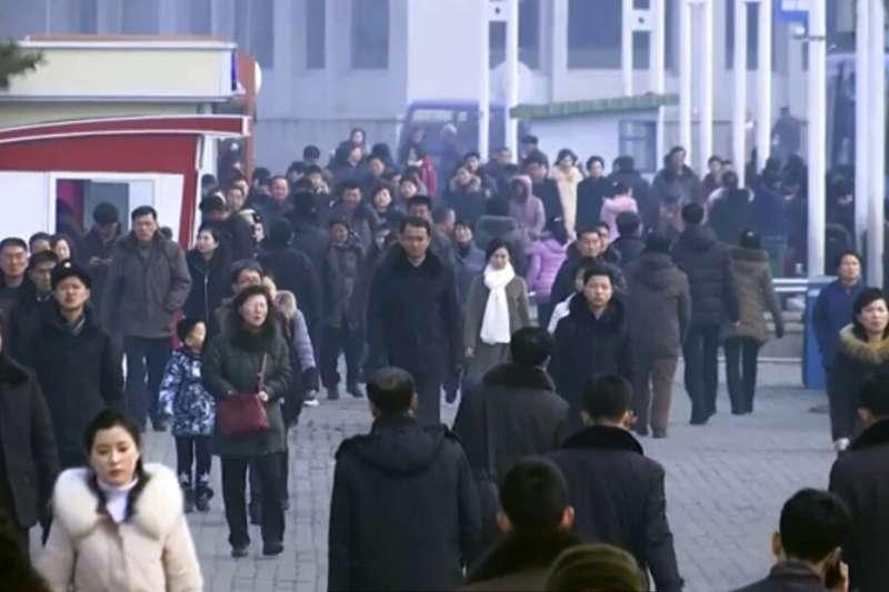 雖然武漢肺炎疫情肆虐,北韓也早已祭出「鎖國令」,但平壤街頭往來的行人似乎依舊沒什麼人戴口罩。(美聯社)