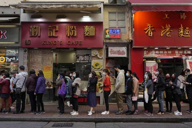 武漢肺炎疫情蔓延,1月30日,香港民眾大排長龍等著買口罩(美聯社)