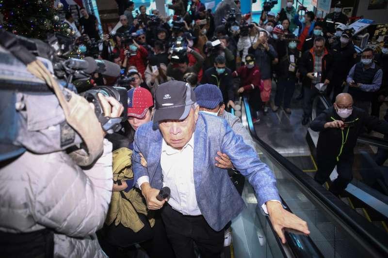 20200203-藍天行動聯盟主席武之璋率眾突襲國民黨主席補選登記,並衝入黨部抗議。(陳品佑攝)