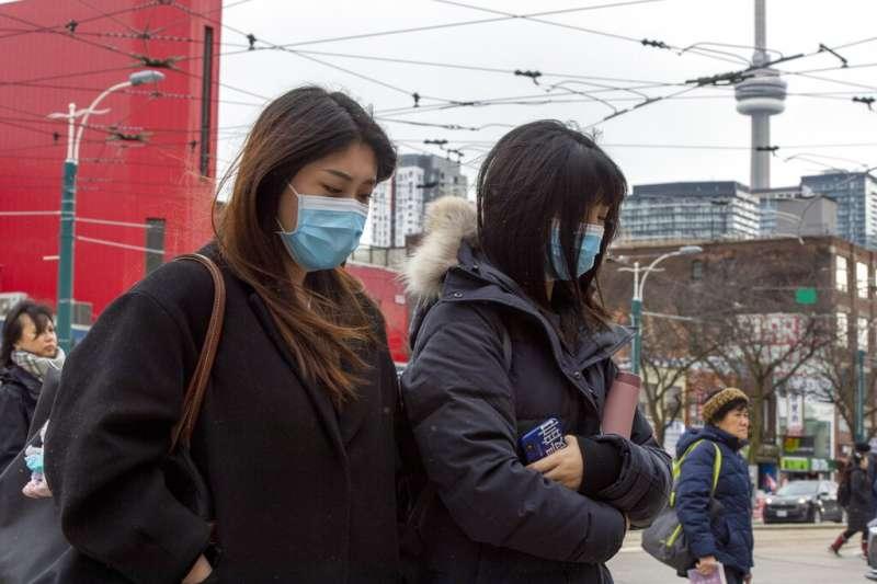 陳偉寶醫師建議,買不到口罩的民眾可以用紫外線燈照射口罩重複使用(美聯社)