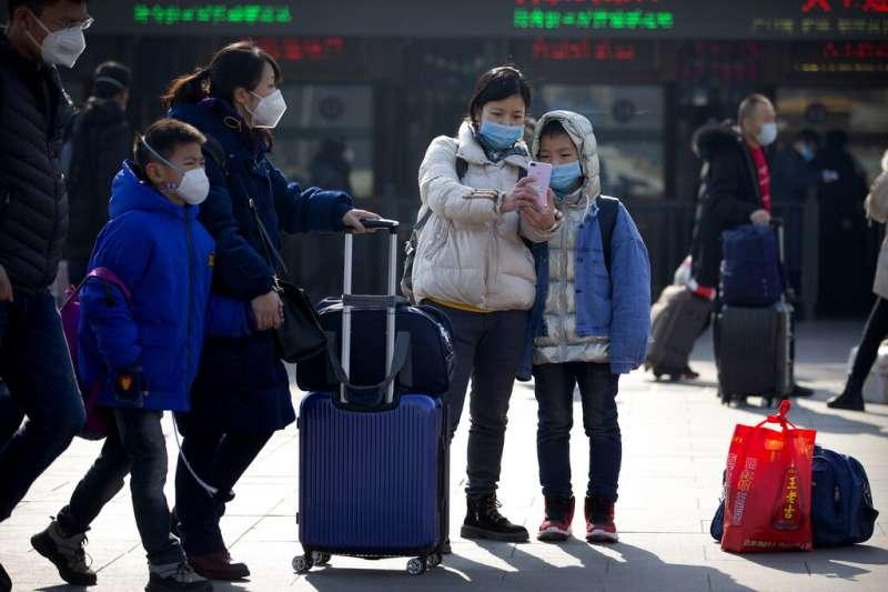 近日泌尿科醫生陳偉寶在網路上表示,用後口罩在經過「紫外線燈消毒」後可重複使用,引起軒然大波。(美聯社)