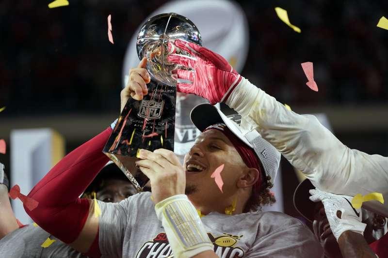 堪薩斯酋長四分衛馬霍姆斯帶領球隊奪下第54屆超級盃冠軍,也榮登超級盃MVP。(美聯社)