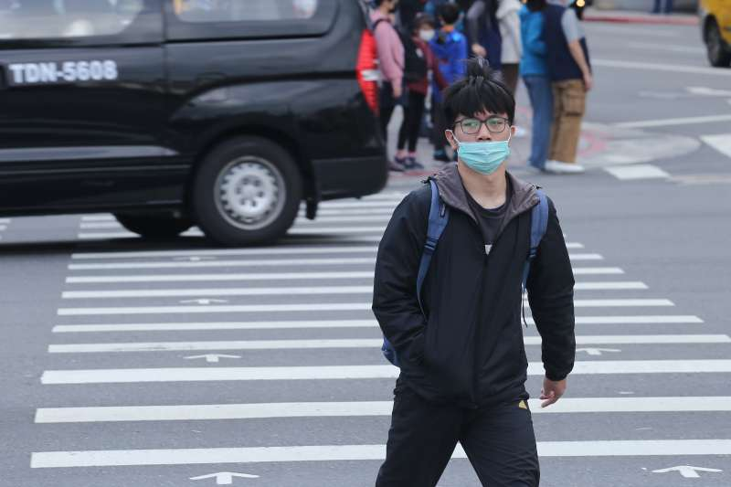 20200203-因應武漢肺炎疫情,民眾配戴罩配圖。(陳品佑攝)