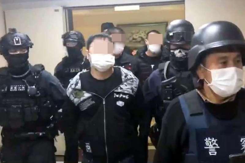 新北市霹靂小組2日在三重發起攻堅,當場逮捕涉案4人,警方也將攻堅影片上傳臉書,展現強勢執法作為。(取自新北市政府警察局臉書)