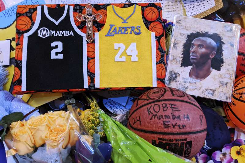 湖人主場史坦波球場外悼念布萊恩的物品已經開始清理。(AP)