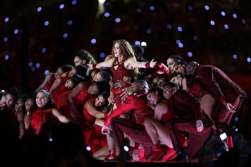 美國國家職業美式足球聯盟(NFL)年度冠軍賽超級盃2日晚間登場,倍受矚目的中場秀,由珍妮佛羅培茲和夏奇拉兩大天后帶來勁歌熱舞。(AP)