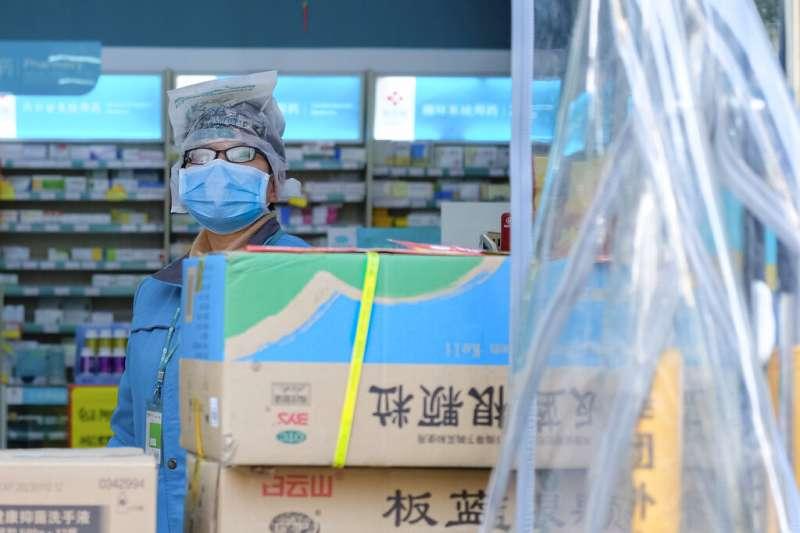 武漢肺炎疫情肆虐,武漢當地的藥局人員也是嚴陣以待。(美聯社)