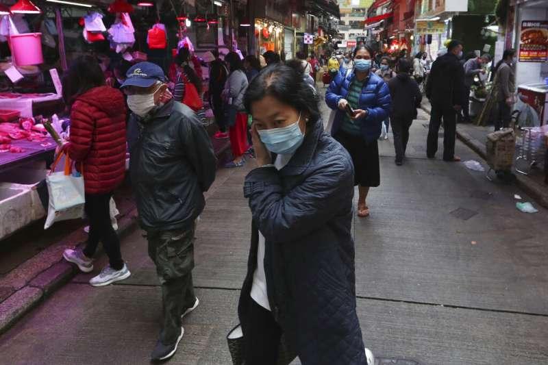 武漢肺炎疫情肆虐,香港人上街購物幾乎都戴著口罩。(美聯社)
