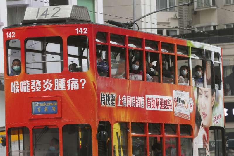 武漢肺炎疫情肆虐,香港叮叮車上的乘客大多也戴著口罩。(美聯社)