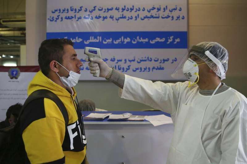 武漢肺炎疫情肆虐,阿富汗喀布爾機場對中國入境的乘客檢測體溫。(美聯社)
