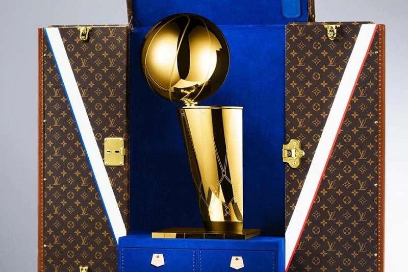 LV行李箱歷史悠久且一直是全球設計指標,他們決定為NBA的年度總冠軍隊伍製作一個專屬的行李箱。(圖/瘋設計)