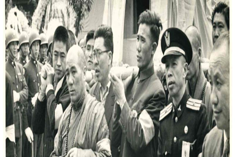 1957年甘珠佛爺主持了章嘉大師喪葬中的一切法儀,右後方者是作者父親海玉祥。(海中雄提供)