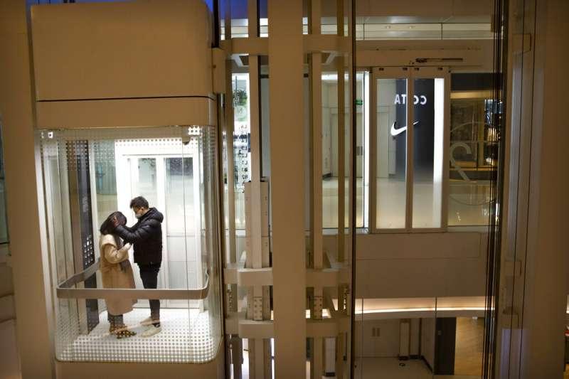 情侶、北京賣場、電梯。(美聯社)
