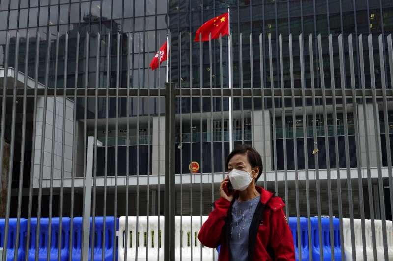 武漢肺炎肆虐,一位戴著口罩的香港市民。(美聯社)
