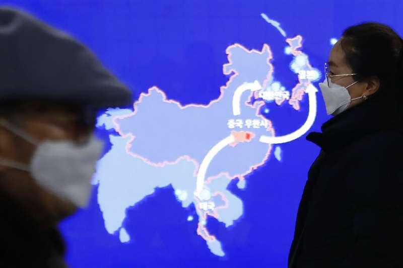 武漢肺炎疫情未見緩和,南韓首爾地鐵站裡也在持續公布相關資訊。(美聯社)