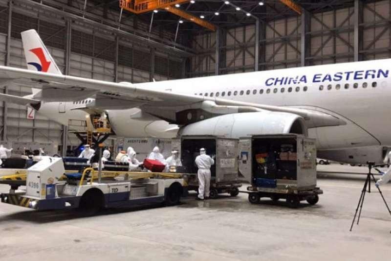 運送湖北台灣人的班機經過嚴格檢疫過程,以確保一般民眾的安全。(翻攝自蔡英文臉書)