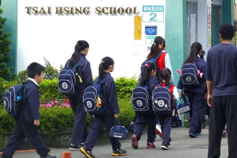 教育部下令高中以下學校延後2周開學,不少家長擔憂孩子沒人照顧。(新新聞資料照)