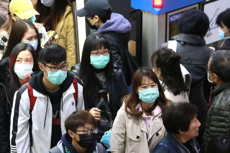 武漢肺炎引發了台灣民眾搶購口罩。(柯承惠攝)