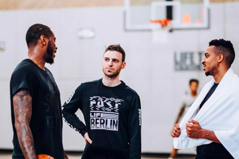 布克里利(中)是NBA最有名的訓練師之一,安東尼、詹姆斯都曾接受他的訓練。(取自布克里利Instagram)