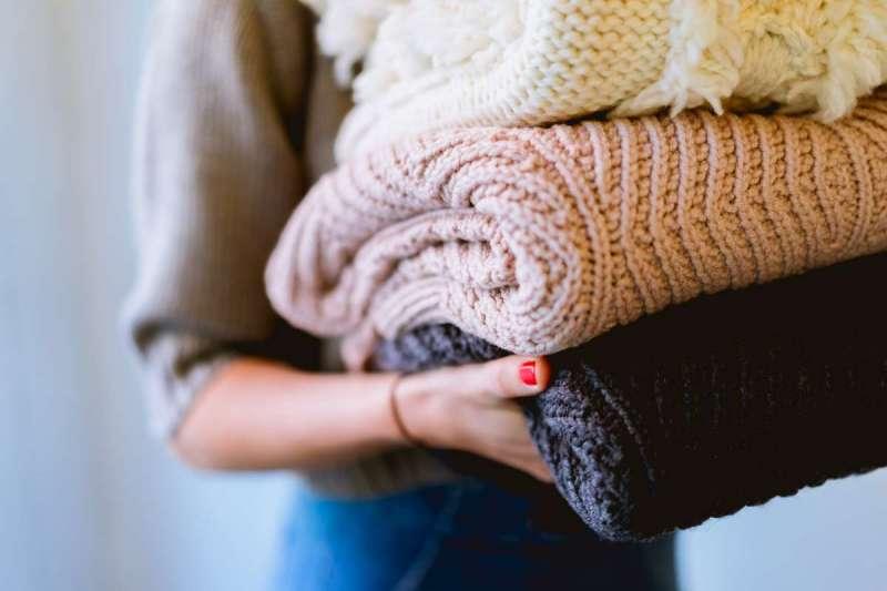 近來網上有消息指出毛線衣領容易吸附病毒。(圖/Unsplash)