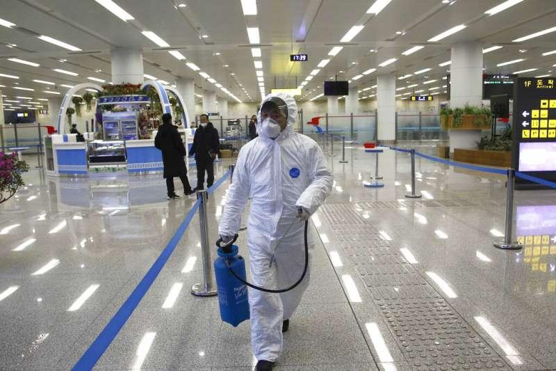 武漢肺炎疫情肆虐,南韓仁川機場的工作人員正在加強消毒。(美聯社)