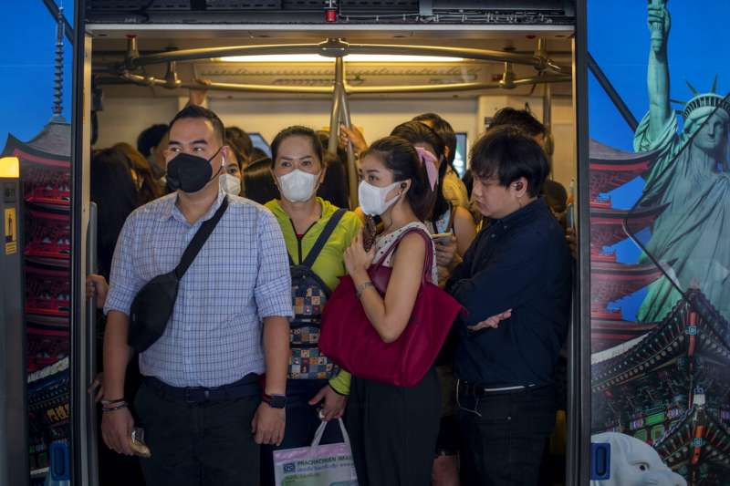 武漢肺炎疫情肆虐,泰國曼谷地鐵的乘客紛紛戴起口罩。(美聯社)