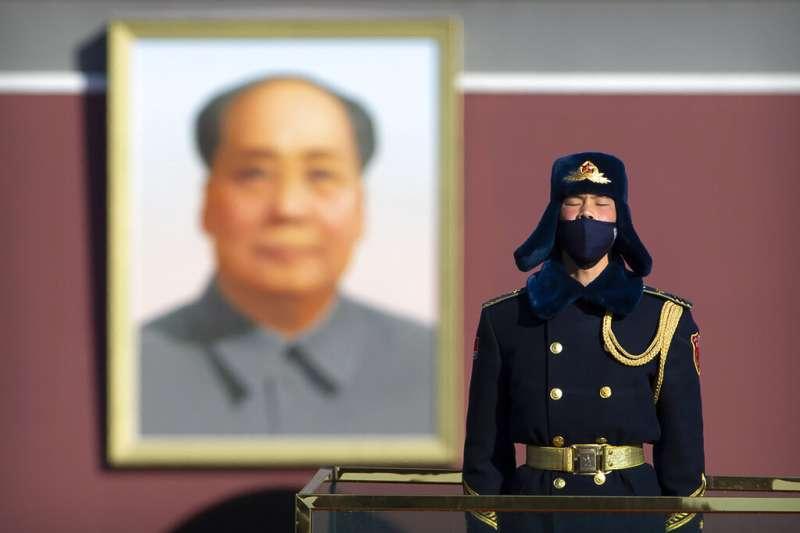 天安門廣場的武警與毛澤東肖像。(美聯社)
