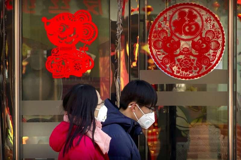 武漢肺炎疫情肆虐,中國民眾紛紛戴起口罩。(美聯社)
