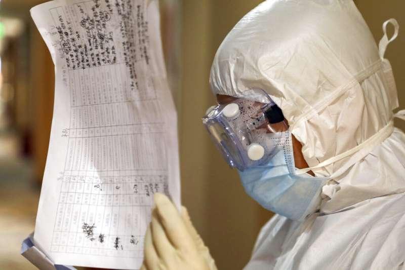 劉貞柏醫師指出,使用過的隔離防護衣,就算僅有使用一分鐘,也全要當作感染廢棄物丟棄。(美聯社)
