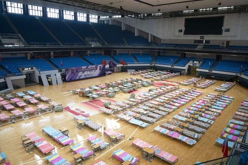 武漢當地的新型冠狀病毒肺炎病例始終居高不下,當地政府積極擴增收容確診病患的床位以及隔離疑似病患的處所。(美聯社)