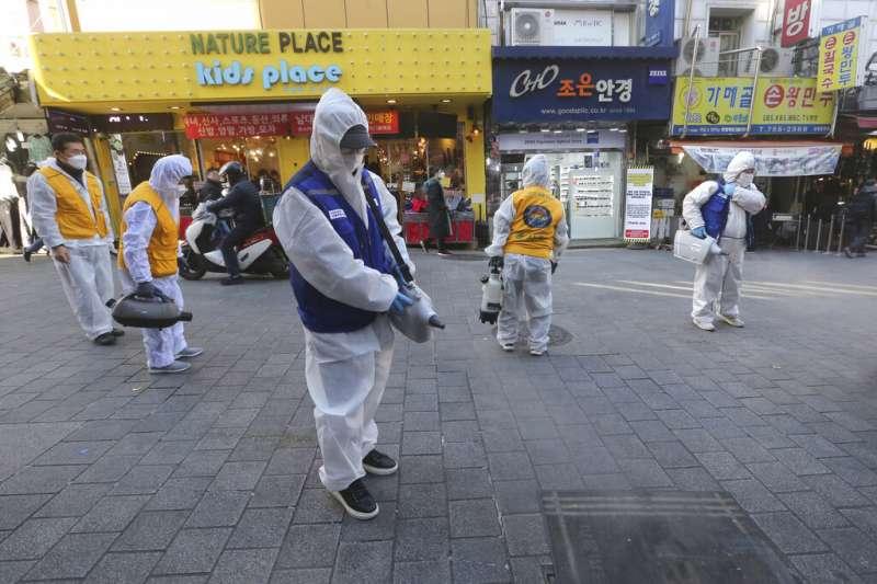 武漢肺炎疫情肆虐,南韓首爾加強對公共場所消毒工作。(美聯社)