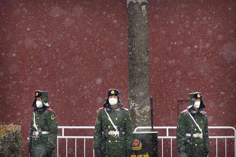武漢肺炎肆虐,天安門廣場的武警也戴著口罩執勤。(美聯社)