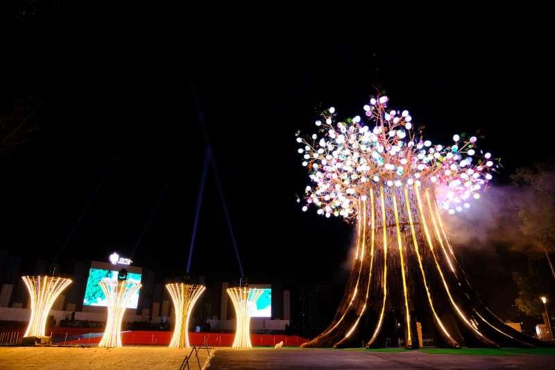 主燈《森生守護-光之樹》參天大樹上的22條光帶大樹幹代表縣市,368朵花苞是鄉鎮,2359片心型葉子是人民。(圖/交通部觀光局提供)