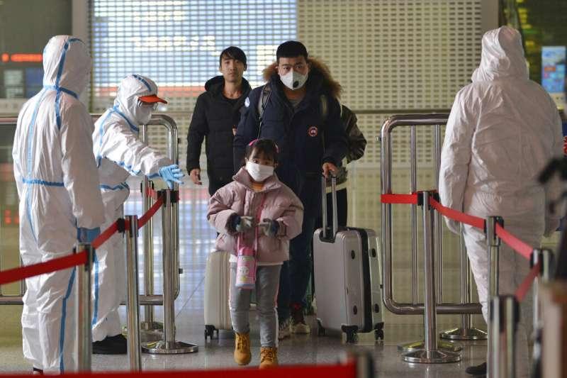武漢肺炎疫情肆虐,南京市4日晚間發布公告全面實行「小區封閉管理」。圖為南京一處車站的體溫檢查點。(美聯社)