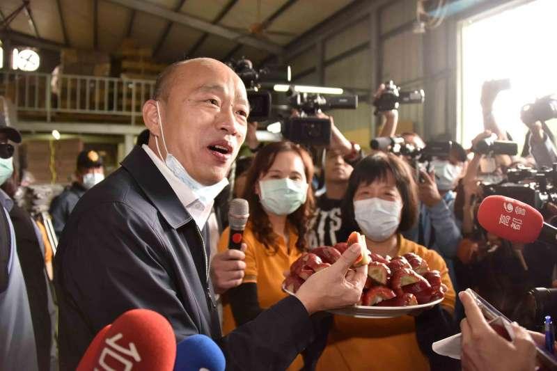高雄市長韓國瑜(見圖)5日上午前往六龜集貨場視察,坦言面對疫情衝擊,農產訂單可能受影響,讓他壓力很大。(高雄市政府提供)