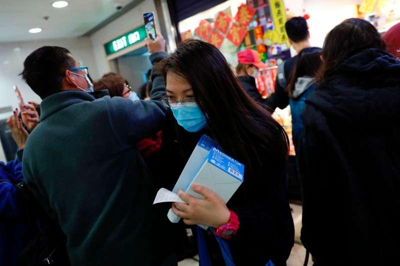 香港市民四處搶購口罩。(圖/*CUP提供)