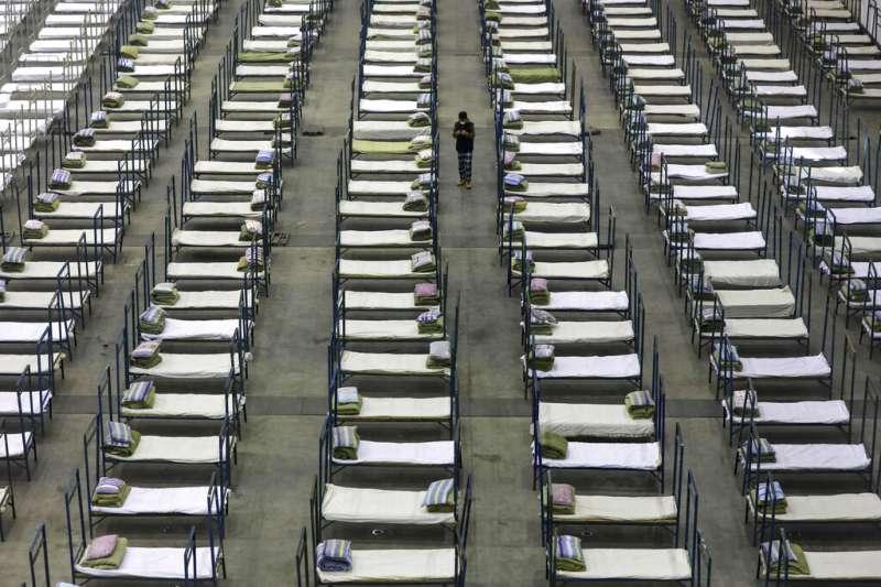 武漢肺炎疫情蔓延,已經封城的武漢繼續擴增收容病患的治療院所與隔離中心。(美聯社)