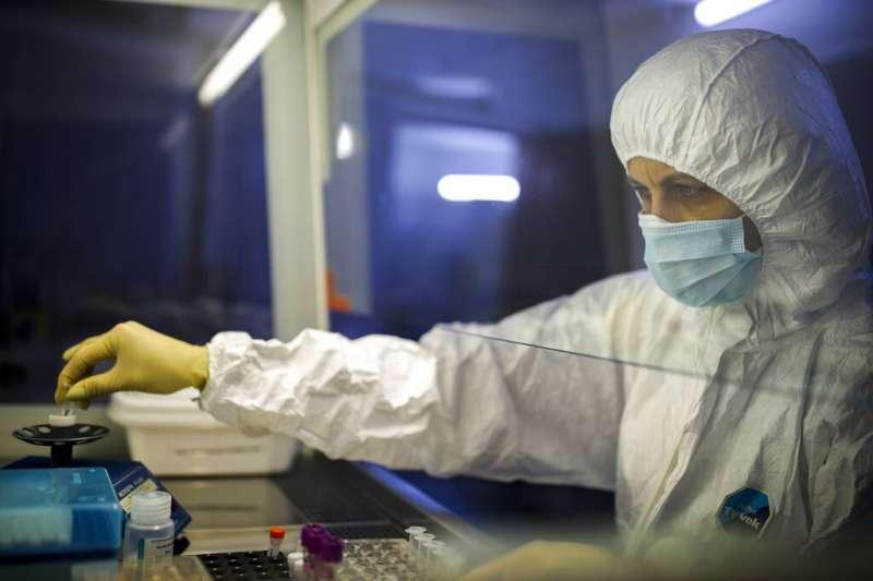武漢肺炎疫情肆虐,各國醫學專家正在努力研發疫苗。圖為俄羅斯的工作人員正在檢測檢體。(美聯社)